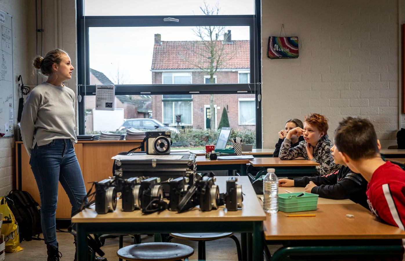 Myriam Gras trapt het begin van het World Press Photoproject af in klas groep 7A op basisschool 't Hout in Helmond.