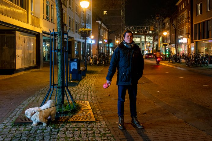 Stefan Schepers laat zijn hond uit op de lege Looierstraat.