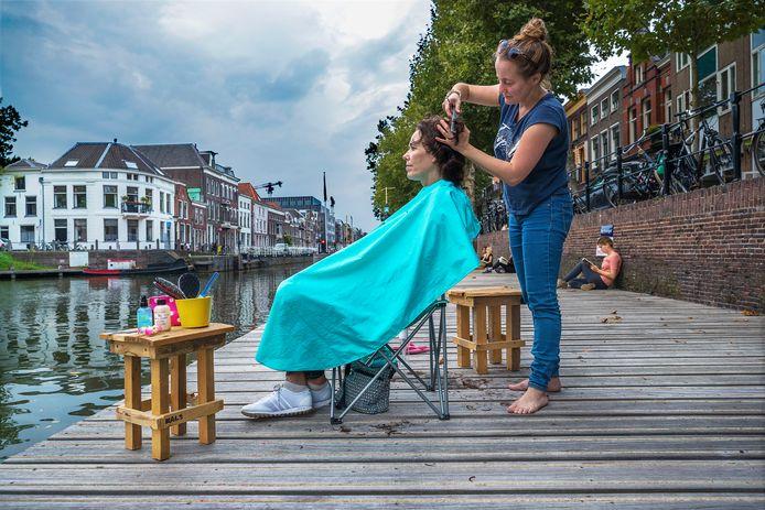 Marjolijn Duermeijer knipt Ingrid Meijer aan de Bemuurde Weerd.