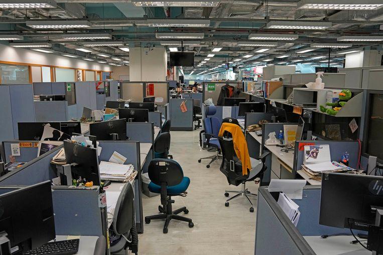 Alleen de monitoren staan nog op de bureaus nadat de politie de computers van Apple Daily heeft geconfisqueerd. Beeld AP