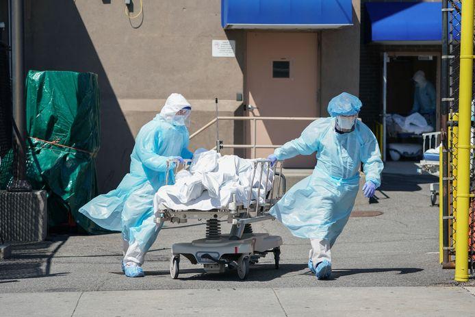 Het lichaam van een overleden coronapatiënt wordt naar het mortuarium gebracht vanuit een ziekenhuis in New York.