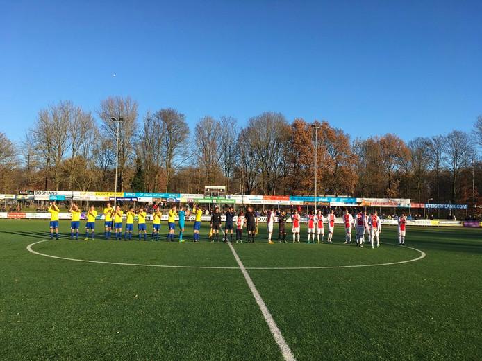 Beide elftallen voor de aftrap. Foto: Peter Dekkers