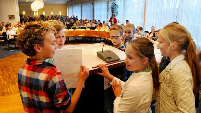Scholen deden in 2014 mee aan een eenmalige Wierdense kindergemeenteraad. Het plan van De Roerganger uit Enter, een survivalwerkplaats, haalde de meeste stemmen.