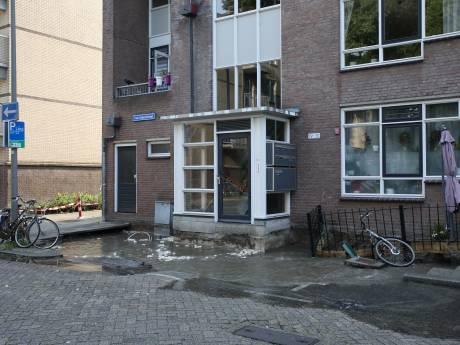 Enorme sinkhole voor deur van appartementencomplex: bewoners met ladderwagen huis in en uit