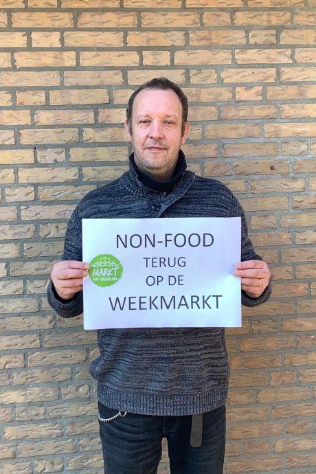 Demonstratie tegen coronaregels op de markt in Oud-Beijerland: 'Wij zien door de bomen het bos niet meer!'