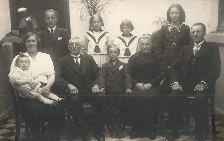 Henri Decock (3e links vooraan) tussen z'n familie.