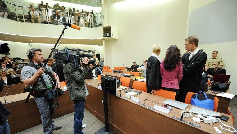 Beschuldigde Beate Zschäpe keert haar rug naar de camera. Beeld EPA