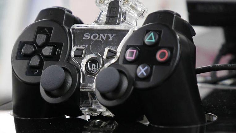 Een Playstation-controller van Sony. Het netwerk waar de spelcomputer gebruik van maakt, werd enige tijd geleden ook gekraakt, met diefstal van gegevens van duizenden klanten tot gevolg. Beeld reuters