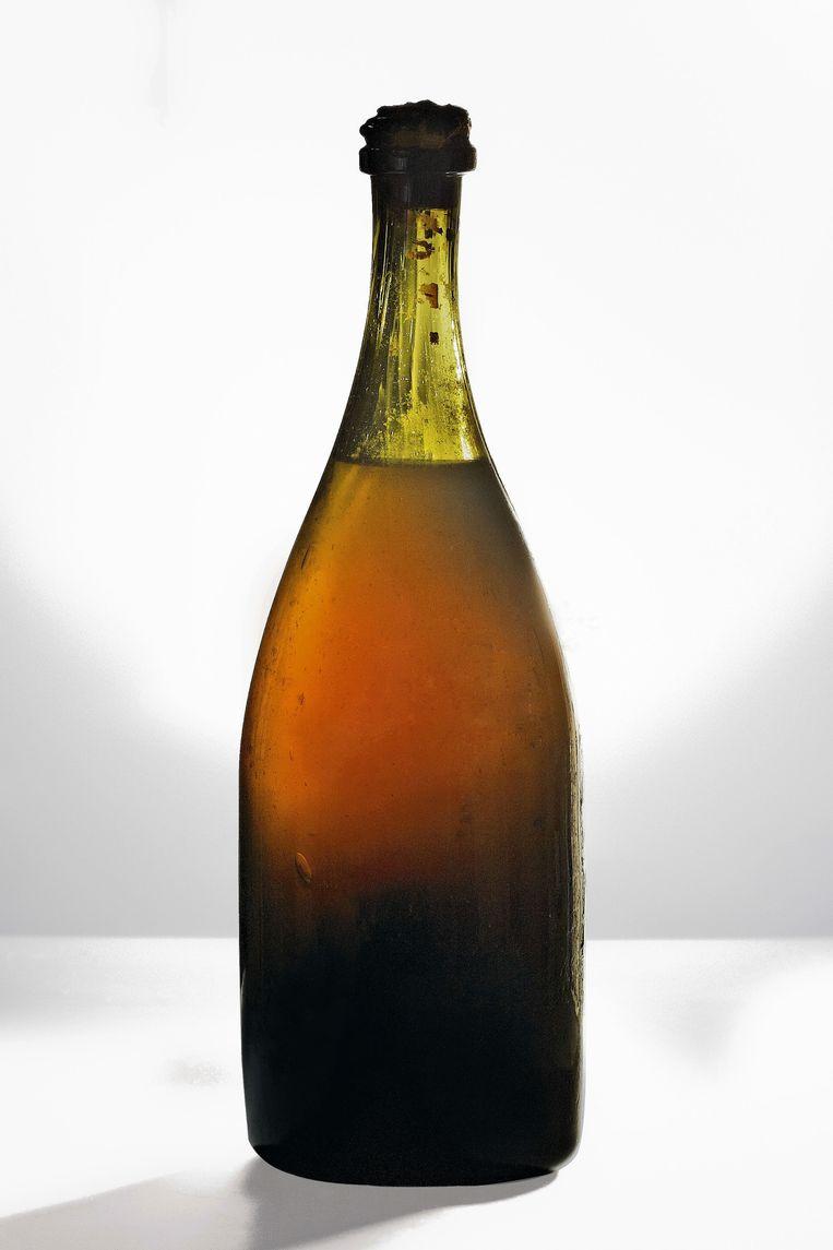 Een fles 'vin jaune' uit 1774 die in 2012 werd geveild. Beeld AFP