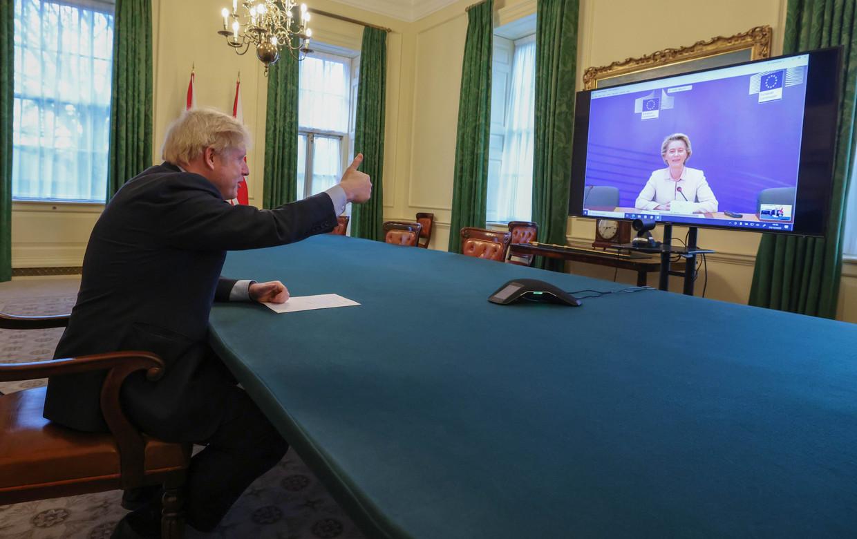 De Britse premier Boris Johnson in een videogesprek met Commissie-voorzitter Ursula von der Leyen op 24 december. Beeld Photo News