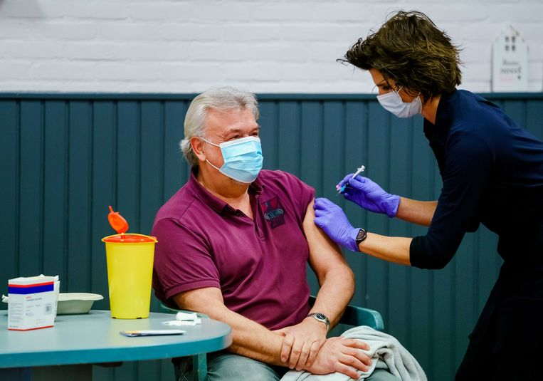 Een huisarts vaccineert met AstraZeneca in februari.  Beeld ANP