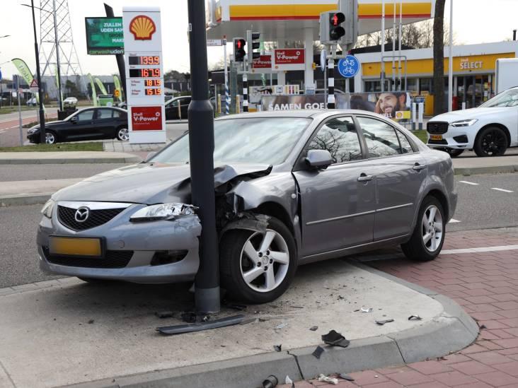 Automobilist wordt onwel en botst tegen lantaarnpaal in Uden