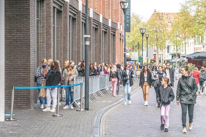 Deze mensen wachten in het centrum van Zwolle tot ze de winkel in mogen. Dit is een foto van de woensdag waarop de versoepelingen van de coronaregels werden doorgevoerd.