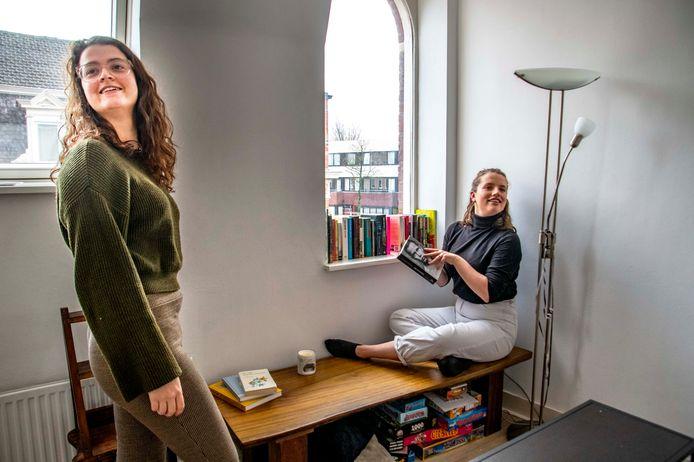 """Marieke van Kempen (links) en huisgenootje Thereza Kooijmans zijn inmiddels terecht. ,,Maar het is vreemd. Waar we wilden kijken moest je, qua loon, drie keer de huur verdienen anders kwam je al niet in aanmerking."""""""