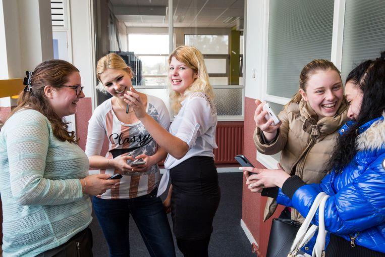 In Kellebeek College wordt een workshop gegeven voor mbo-studenten over mobiele telefoons en schulden, door staatssecretaris Klijnsma. Beeld Arie Kievit