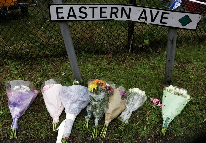 Bloemen bij de plek waar de doden in de vrachtwagen werden ontdekt.