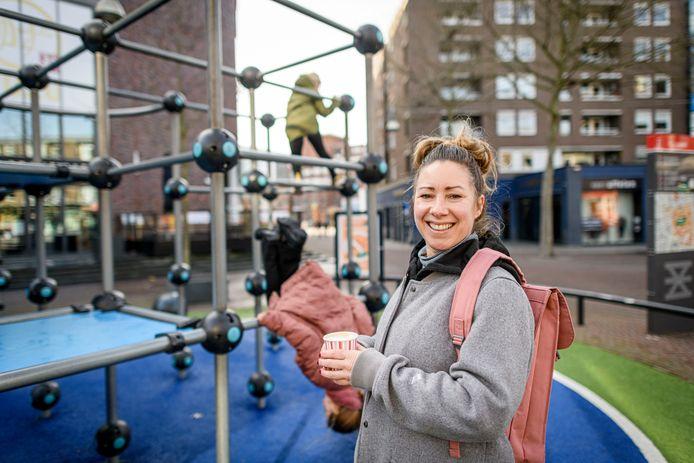 Yvette Bosch van Vettt met dochter Pippa (roze jas) en haar vriendinnetje Lot  op strooptocht langs speelplekjes in de binnenstad.