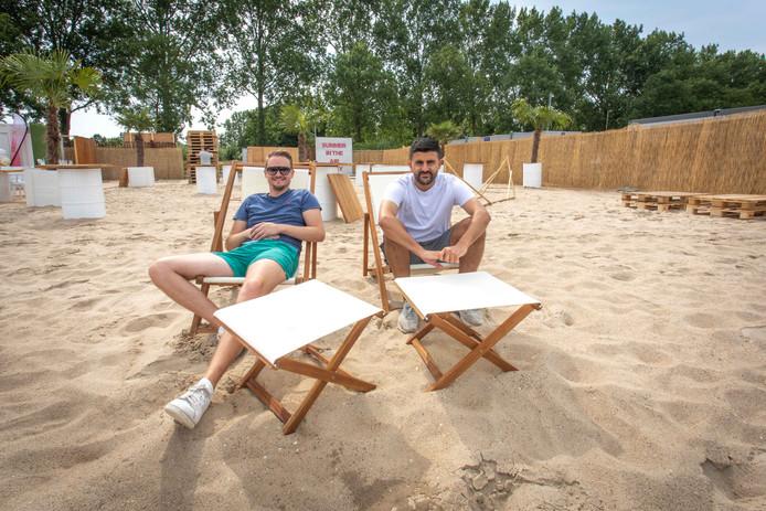 Robert Waverijn (l) en Sofyan Azzagari van Evency op het strandje van hun pop-up-beachbar in Goes.