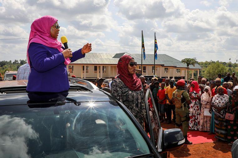Tanzania's vicepresident Samia Suluhu Hassan (l) , spreekt de menigte toe tijdens een rondreis door de  Tanga-regio.   Beeld AP