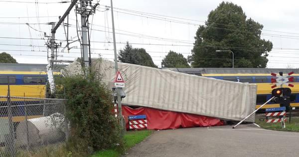 Twee lichtgewonden bij botsing trein en vrachtwagen in Roermond.