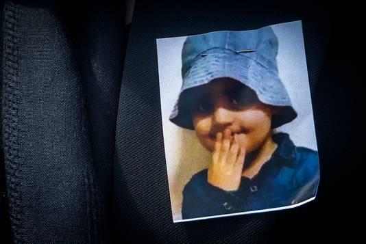 Een foto van Mawda Shawri, gespeld op de jas van een van de aanwezigen bij de stille mars op 30 mei.
