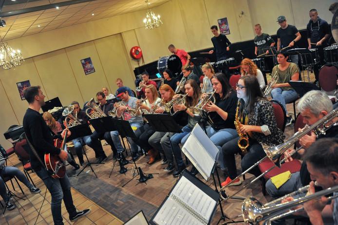 Een van de repetities van de Sint Joris Showband onder leiding van Bas Soetens.