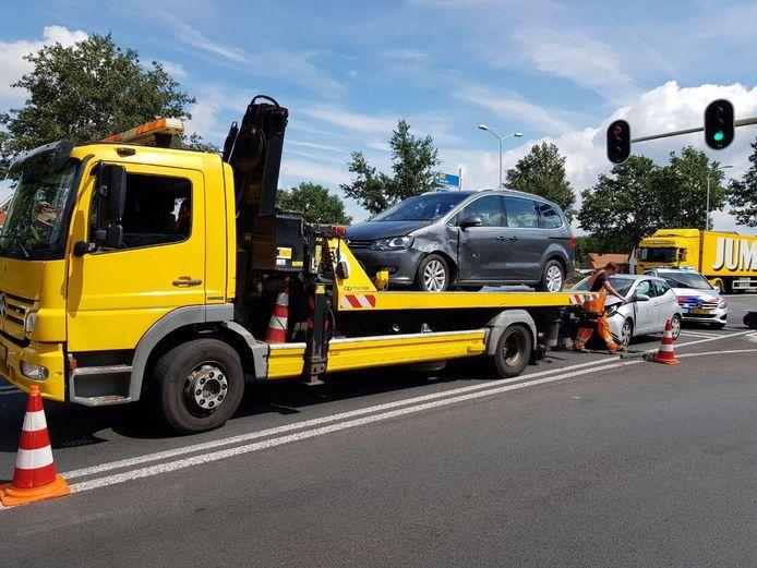 Beide auto's konden niet meer rijden na het ongeluk in Groenlo.