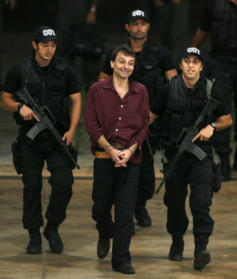 Archiefbeeld. Cesare Battisti komt aan in Brazilië waar hij wordt geëscorteerd door de federale politie. Hij kreeg politiek asiel dankzij president Luiz Inacio Lula da Silva.  Beeld AP