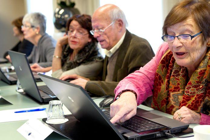 Ouderen vinden steeds beter hun weg op sociale media zoals Facebook, Skype en Twitter, blijkt uit nieuw CBS-onderzoek.