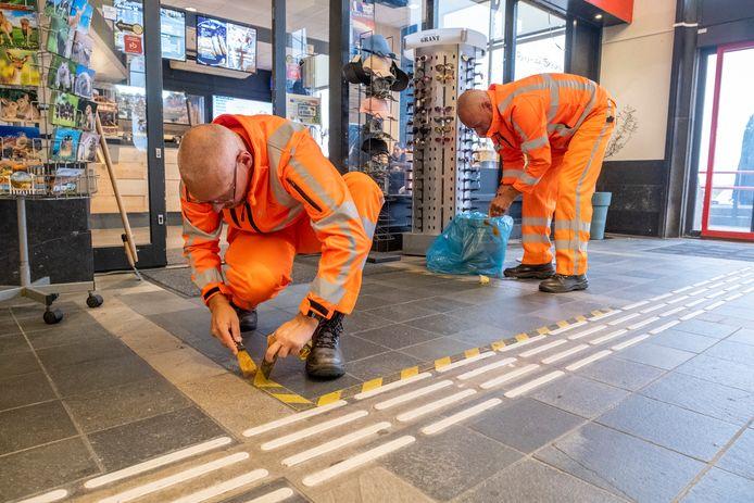 Op het station in Vlissingen worden stickers verwijderd die reizigers de afgelopen anderhalf maanden opriepen 1,5 afstand te houden