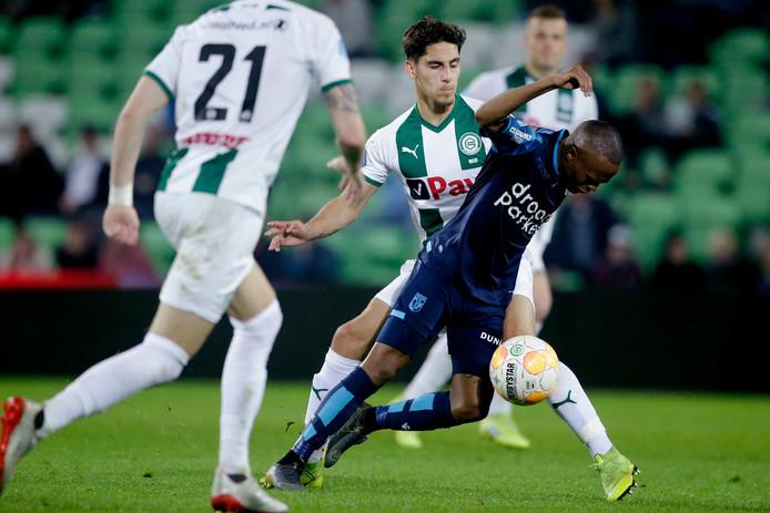 Ludovit Reis van FC Groningen in duel met Thulani Serero van Vitesse