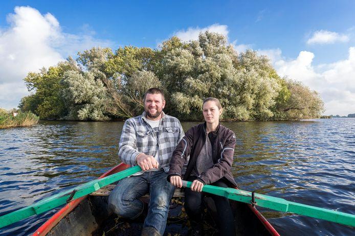 Bert en Jetske Mooren zijn verre van blij dat meer dan 80 bomen op hun land moeten worden gekapt.