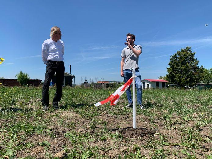 Timo Hoekstra (rechts) van onderzoeksbureau BK ingenieurs in gesprek met Sliedrechter Joop Keesmaat bij de pijlbuis in het Sliedrechtse weiland.