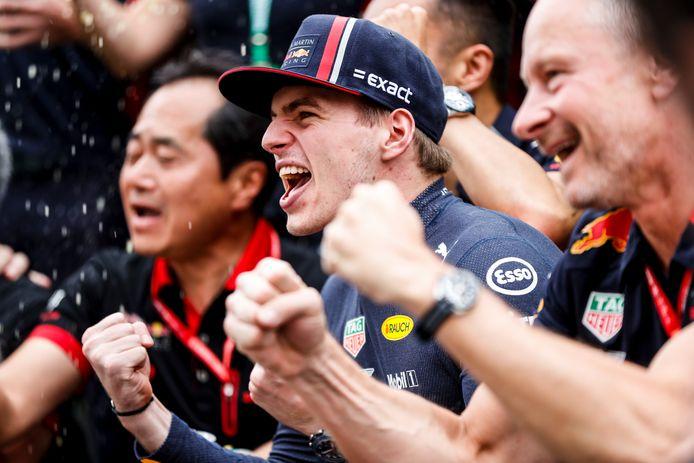 Max Verstappen viert uitbundig zijn overwinning in Sao Paulo.