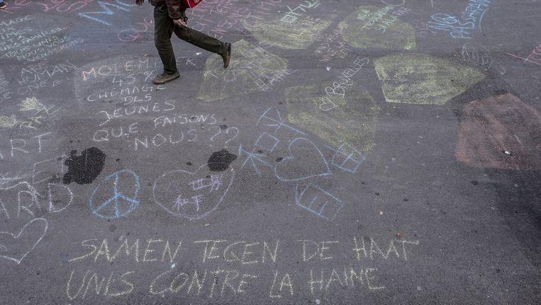 Krijttekeningen op het Beursplein in Brussel. Beeld anp