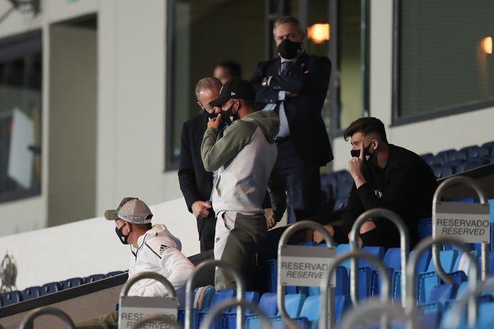 Eden Hazard, hier aan de praat met voorzitter Florentino Perez, kreeg vandaag opnieuw slecht nieuws te horen.