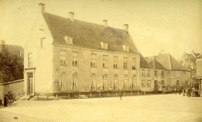 Het Jansplein in 1883 met het woonhuis van Baron B.F. van Verschuer, waar in 1888-1889 het hoofdpostkantoor werd gebouwd. Links de toegang tot de Mariënburgstraat. Helemaal rechts een stukje van de Jansplaats.