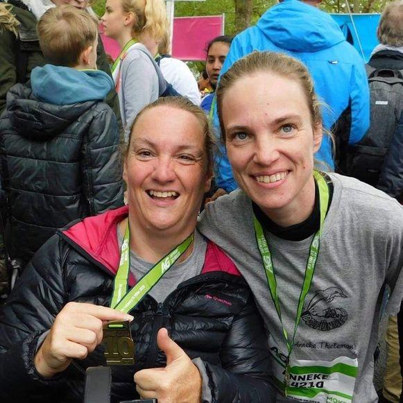 Els Deferme (links) en haar vriendin Anneke Thieleman aan de eindmeet van de Short run.