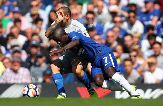 Ramirez  in duel met Kanté van Chelsea.
