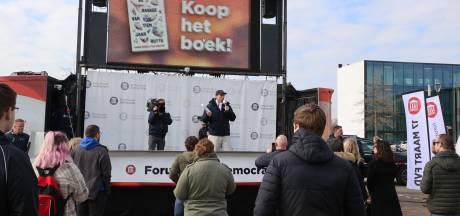 Campagnekaravaan van Thierry Baudet duikt op in Helmond, grote drukte op parkeerplaats