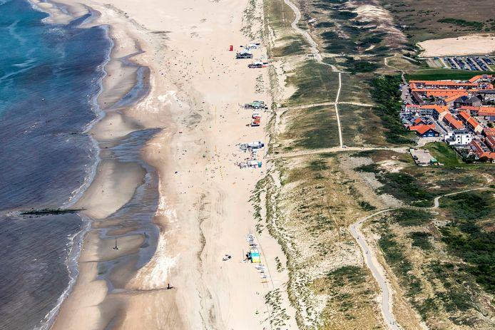 Luchtfoto van de strandpaviljoens langs de kust bij Monster en Ter Heijde.