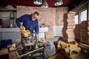 Paul Posse heeft voor het interieur van zijn nieuwe restaurant Eaux in Rotterdam-Schiemond al honderden houten vierkantjes gezaagd en geschuurd.
