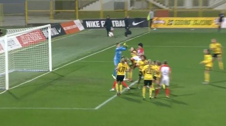 Evrard verkijkt zich op een vrije trap waardoor het 1-2 wordt in Kroatië - België.