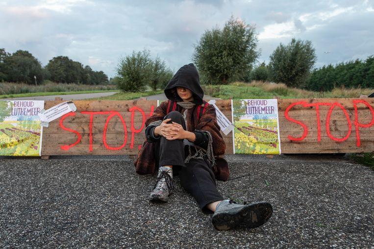 Eerder deze maand blokkeerde een actievoerder de toegang tot de Lutkemeerpolder. Beeld Dingena Mol