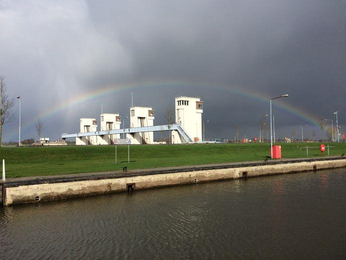 Een mooie regenboog boven het Maximasluis- en stuwcomplex.