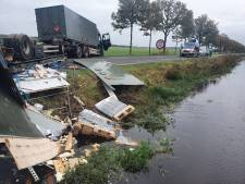 Aanhanger met munitie van Defensie kantelt op weg bij Huis ter Heide, huizen ontruimd