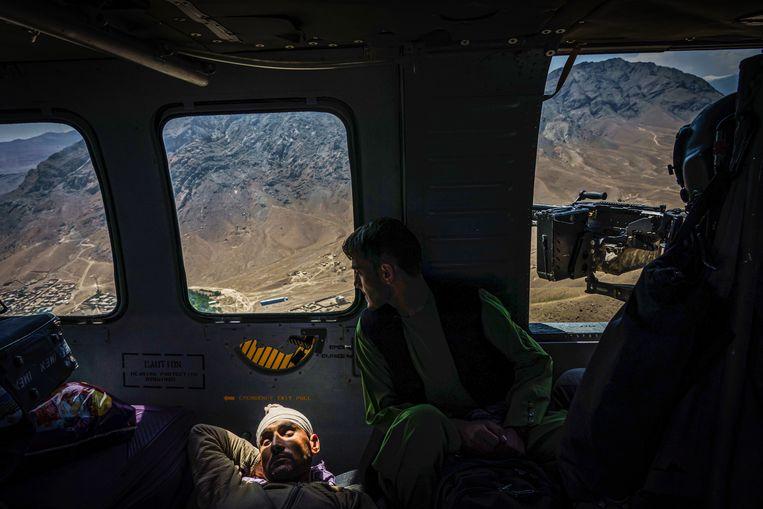Een gewonde Afghaanse militair aan boord van een Amerikaanse legerhelikopter.  Beeld Getty