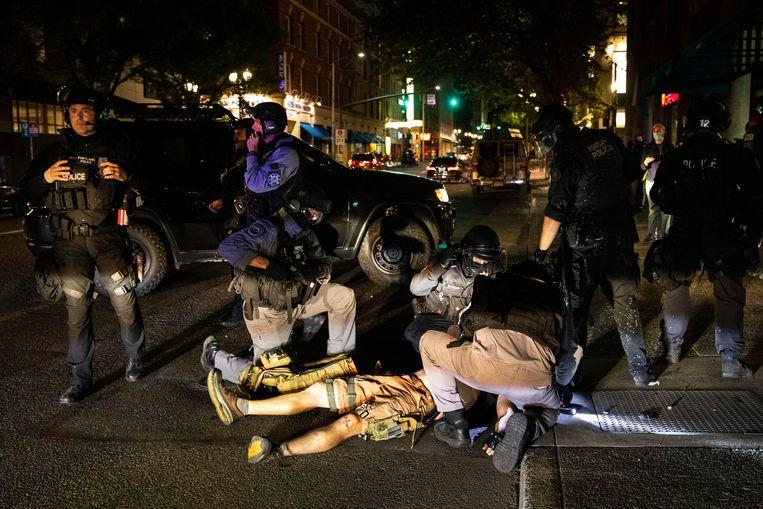 Op een kruispunt waren drie schoten te horen, waarna de man in elkaar zakte. Hij werd nog behandeld door zorgverleners, maar tevergeefs. Beeld AP