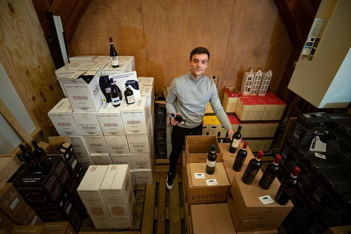 Steven van der Weerd uit Zalk tussen de wijnen van zijn bedrijf Tempovino.