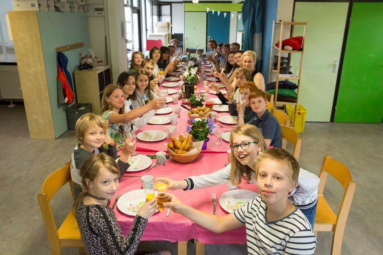 Als afscheid ontbeten de kinderen samen met hun juffen en meesters. Inzet: de leerlingen schrijven als aandenken hun naam op elkaars T-shirt.